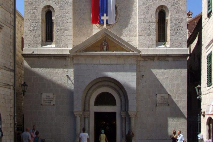 Adžić negira skrnavljenje crkve, Krivokapić osuđuje