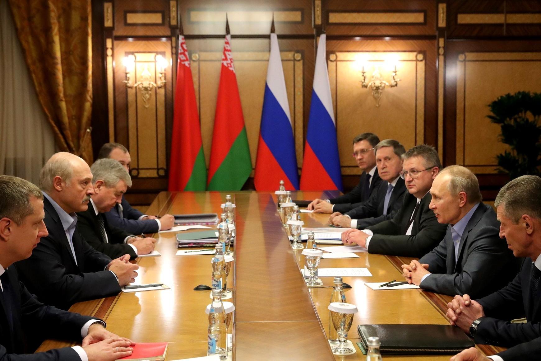 Predsednici Belorusije i Rusije Aleksandar Lukašenko i Vladimir Putin sa članovima svojih delegacija tokom razgovora, Krasna poljana, 07. februar 2020. (Foto: kremlin.ru)