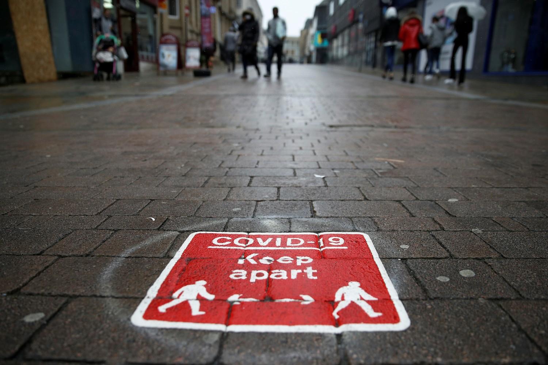 Grafit na ulici koji prikazuje socijalnu distancu zbog virusa COVID-19, Bolton, 23. septembar 2020. (Foto: Reuters/Phil Noble)
